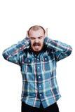 Portrait d'un brutal masculin rouge-barbu et presque chauve B d'isolement par blanc Images stock
