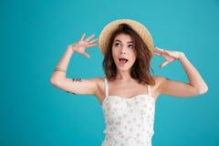 Portrait d'un chapeau de paille de port et d'une pose de femme mignonne Photographie stock