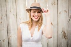Portrait d'un chapeau de port blond de sourire photo libre de droits