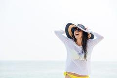 Portrait d'un chapeau et d'un bikini de port riants de plage de femme Photographie stock libre de droits