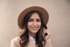 Portrait d'un chapeau et d'un manteau de port de fille Image stock