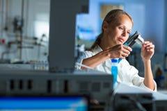 Portrait d'un chercheur féminin faisant la recherche dans un laboratoire Images stock