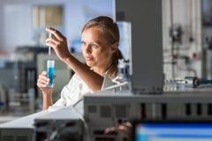 Portrait d'un chercheur féminin faisant la recherche dans un laboratoire Image stock