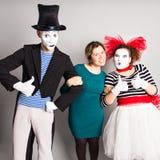 Portrait d'un comédien heureux de pantomimes montrant des pouces, concept d'April Fools Day Images stock