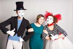 Portrait d'un comédien heureux de pantomimes montrant des pouces, concept d'April Fools Day Photos stock