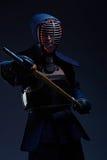 Portrait d'un combattant de kendo avec le shinai Photographie stock libre de droits