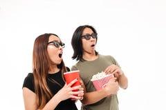 Portrait d'un couple asiatique enthousiaste choqué en verres 3d Image stock