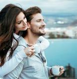 Portrait d'un couple décontracté buvant du café chaud Photo stock