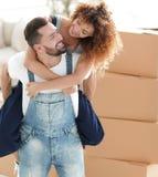 Portrait d'un couple dans l'amour dans un nouvel appartement vide Images libres de droits