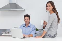 Portrait d'un couple dans la cuisine Photo libre de droits