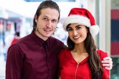 Portrait d'un couple dans le vêtement de Noël Image stock