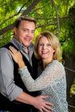 Portrait d'un couple dans leur 40s célébrant leur anniversaire Photographie stock libre de droits