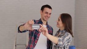 Portrait d'un couple dans un nouvel appartement avec une carte de crédit en plastique à disposition banque de vidéos