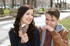 Portrait d'un couple des vacances Fille mangeant la crême glacée Images libres de droits