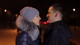 Portrait d'un couple en hiver la nuit Plan rapproché banque de vidéos