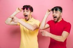 Portrait d'un couple gai étonné Photos libres de droits