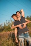 Portrait d'un couple gai heureux dehors Image libre de droits