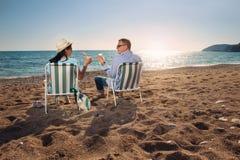 Portrait d'un couple heureux en nature d'été Photos stock