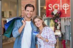 Portrait d'un couple heureux montrant leur nouvelle carte de crédit Photographie stock