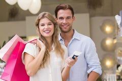 Portrait d'un couple heureux regardant le produit de beauté Photographie stock libre de droits