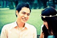 Portrait d'un couple heureux riant dans le jardin Image stock
