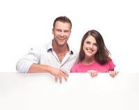 Portrait d'un couple heureux tenant le panneau d'affichage vide Images libres de droits