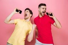 Portrait d'un couple masculin assez gai Photographie stock libre de droits