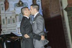 Portrait d'un couple masculin gai affectueux sur le leur Image stock