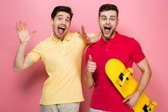Portrait d'un couple masculin gai de sourire Images stock