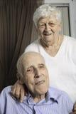 Portrait d'un couple supérieur heureux dans l'apartement Photographie stock libre de droits