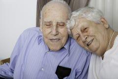 Portrait d'un couple supérieur heureux dans l'apartement Photographie stock