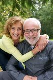 Portrait d'un couple supérieur riant ensemble dehors Image libre de droits