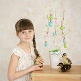 Portrait d'un décor de Pâques de fille Photo stock