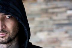 Portrait d'un demi visage de beau jeune homme sérieux Images stock