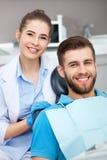 Portrait d'un dentiste et d'un jeune homme féminins dans un bureau de dentiste image stock