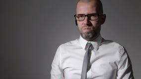Portrait d'un directeur d'un homme d'affaires qui nie ou condamne clips vidéos