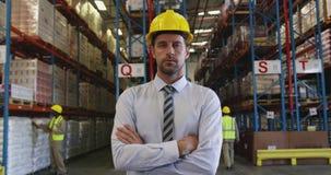 Portrait d'un directeur masculin 4k d'entrepôt clips vidéos