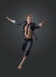 Portrait d'un directeur réussi dans une pose de saut Photographie stock libre de droits