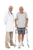 Portrait d'un docteur avec l'homme supérieur employant le marcheur Photo libre de droits