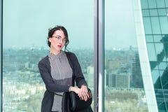 Portrait d'un employé de bureau de fille Photographie stock libre de droits