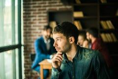 Portrait d'un employé de la société sur le fond du busi Photos stock