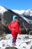 Portrait d'un enfant dans la vallée de montagne de neige Photos libres de droits