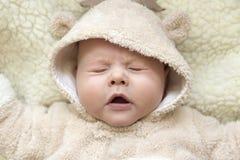 Portrait d'un enfant de éternuement mignon dans un costume de cerfs communs photographie stock libre de droits