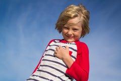 Portrait d'un enfant heureux dehors photo stock