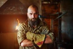 Portrait d'un forgeron brutal et sûr, un homme avec une barbe photographie stock libre de droits