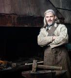 Portrait d'un forgeron de village dans la forge Images libres de droits