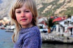 Portrait d'un garçon avec de longs cheveux Image stock