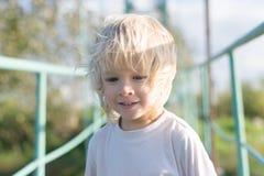 Portrait d'un garçon blond à un pont Photo libre de droits