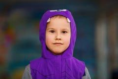 Portrait d'un garçon dans un costume de carnaval pendant la nouvelle année photo stock