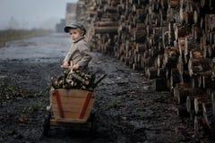 Portrait d'un garçon dans un rétro style d'avant-guerre photos stock
